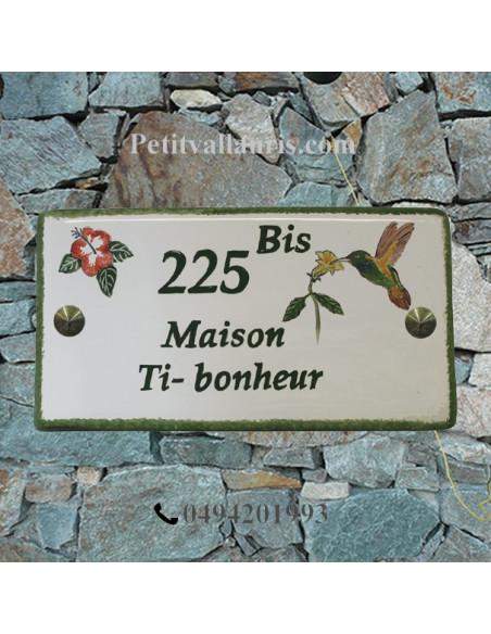 Plaque de Maison en céramique émaillée décor artisanal colibri et hibiscus + inscription personnalisée