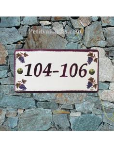 Plaque de numéro de maison en faience émaillée décor vignes inscription personnalisée rose-prune