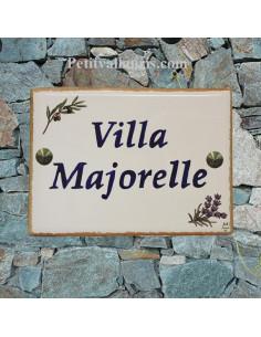 plaque de maison en céramique décor brins d'olives et de lavandes bord ocre-jaune inscription personnalisée bleue