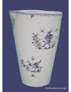 Vase modèle glaïeul en faïence blanche décor reproduction vieux moustiers bleu Hauteur 25 cm