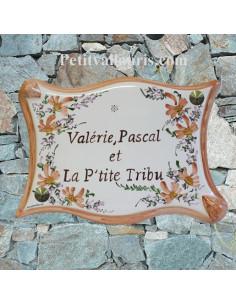 Plaque pour votre pavillon forme parchemin en céramique fleurs beiges