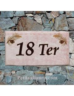 Plaque de maison faience émaillée décor pignes de pin inscription personnalisée marron fond rose clair