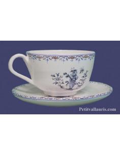 Tasse à thé avec sous tasse en faience blanche décor reproduction vieux moustiers bleu