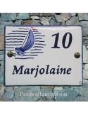 plaque pour maison céramique décor voilier stylisé bord et inscription bleue