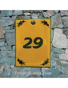 plaque de maison céramique de couleur jaune provencale motifs brins d'olivies noiresinscription verte
