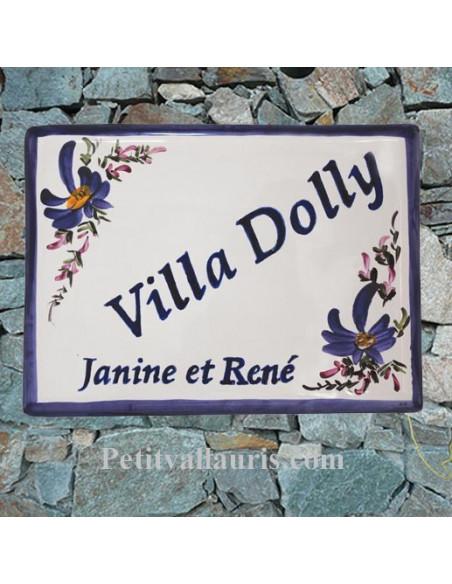 plaque de maison céramique décor fleurs bleues inscription diagonale bleue