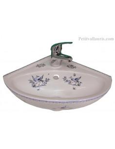 Lave-main d'angle en porcelaine blanche décor reproduction Moustiers bleu