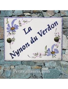 plaque de maison céramique décor fleurs bleues inscription personnalisée en diagonale bleue