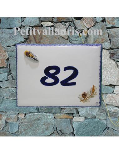 plaque de maison céramique motif pignes de pin + petite cigale en relief et inscription bleue