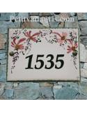 plaque entrée de maison céramique décor fleurs roses inscription personnalisée