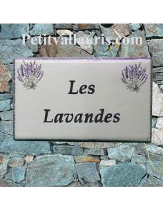 Plaque de Villa en céramique modèle rectangle décor bouquets de lavandes bord et inscription personnalisée bleue