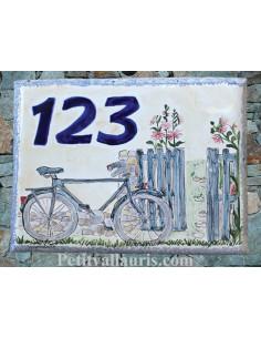 Plaque de maison n céramique émaillée motifs artisanaux Bicyclette et portail + inscription personnalisée bleue