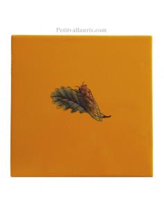 Carrelage avec décor de cigale en pose vers la gauche sur carreau 15 x 15 cm couleur jaune-miel provençale