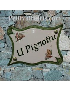 Plaque de maison en céramique modèle parchemin motif artisanal pignes de pin + personnalisation verte