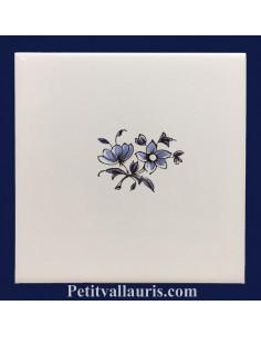 Carreau blanc avec décor petites fleurs variées bleue décor de Tradition