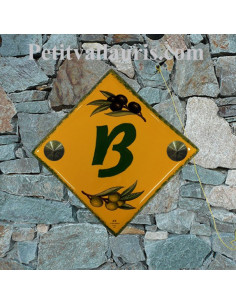 Numéro de rue ou de maison en faience fond jaune provençal décor olives noires et vertes pose diagonale