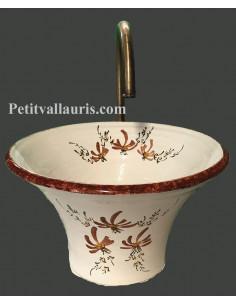 Vasque en faience blanche de forme évasée décor artisanal fleurs marron clair