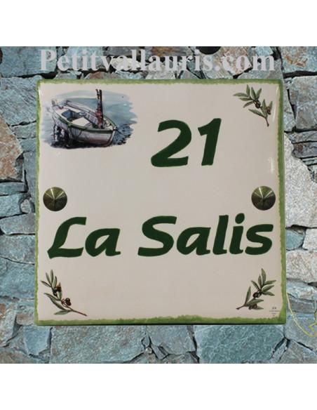 Grande plaque de maison en céramique modèle carrée motif bateau de pèche et brins d'olivier inscription personnalisée