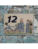 Plaque de maison en céramique émaillée motifs artisanaux Bicyclette et portail + inscription personnalisée bleue