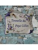 Plaque de Maison en faience modèle parchemin motif artisanal fleurs bleues inscription personnalisée bleue