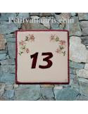 Numéro de Maison en faience motif artisanal fleurs lys roses avec chiffre personnalisé