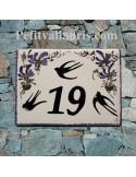 plaque de maison céramique décor hirondelles fleurs bleues inscription personnalisée couleur noire