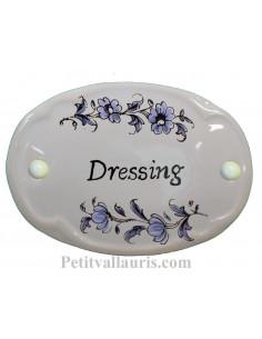 Plaque ovale de porte en faience blanche avec inscription Dressing décor fleurs reproduction vieux moustiers bleu