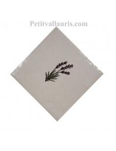 Décor sur carreau mural 10x10 cm en faience blanche pose diagonale motif petit brin de lavande