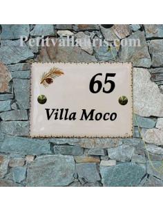 plaque de signalisation émaillée en céramique motif branche de pin bord + inscription personnalisée noire