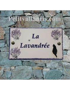 Plaque pou maison en céramique modèle rectangle décor bouquets de lavandes + chat bord et inscription personnalisée bleue