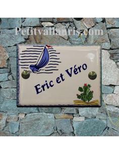 plaque pour maison céramique décor voilier stylisé et cactus bord et inscription personnalisée bleue