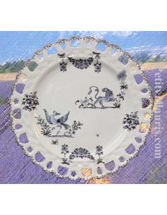 Assiette en faience blanche modèle Tournesol décor reproduction moustiers camaieux de bleus