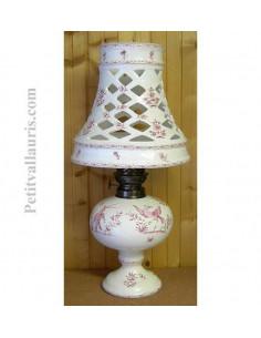 Lampe bec à pétrole avec abat-jour en faience décor reproduction vieux moustiers rose
