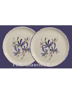 Assiette plate en faïence blanche décor motifs artisanaux Fleurs bleues