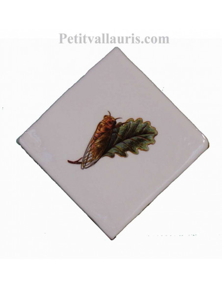 Décor sur carreau mural 10x10 cm en faience blanche motif cigale (dirigée vers la droite) pose diagonale