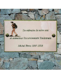 Plaque funéraire en céramique modèle rectangulaire à fixer motif artisanal randonneur-excursionniste + inscription personnalisée