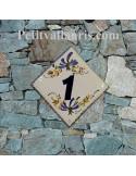 Petite plaque pour chiffre de maison en céramique décor artisanal fleurs bleues et feuilles orangées pose diagonale