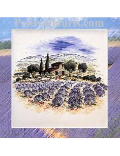Décor sur carreau mural 10x10 cm en faience blanche motif bastide et champs de lavande pose classique