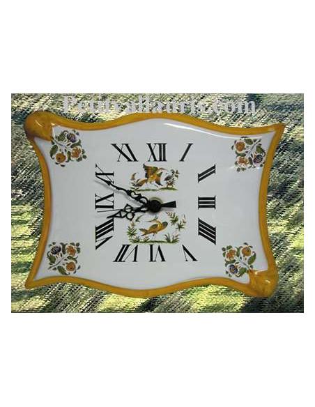 Horloge murale en faïence modèle parchemin décor reproduction vieux moustiers bord de couleur jaune orangé