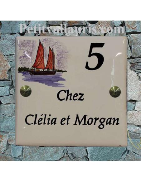 Grande plaque de maison en céramique modèle carrée motif bateau du sud de la bretagne le Sinagot + inscription personnalisée
