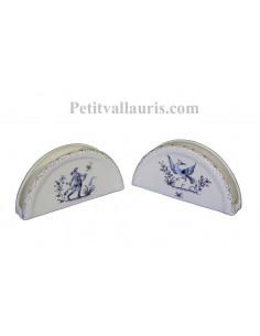 Porte serviette de table en faience blanche décor reproduction vieux moustiets bleu