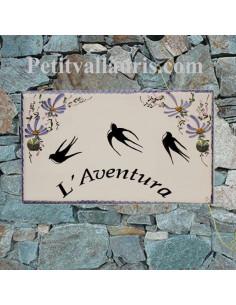 Plaque en céramique émaillée forme rectangle décor artisanal les hirondelles et fleurs bleues + personnalisation
