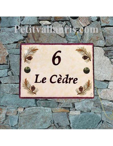 plaque de maison en céramique décor pignes de pin fond pierre inscription personnalisée grenat