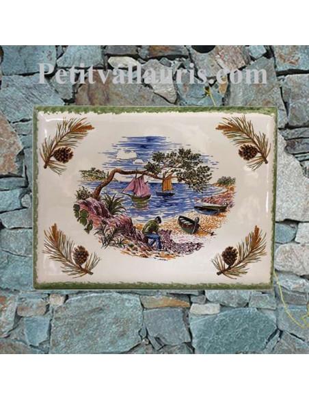 plaque céramique décorative motif central bord de mer et pécheur avec pignes de pin aux angles