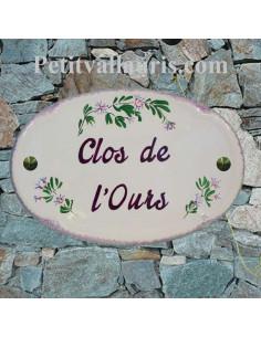 Plaque en céramique émaillée pour maison de forme ovale décor artisanal  petits bleuets texte personnalisé bordeaux