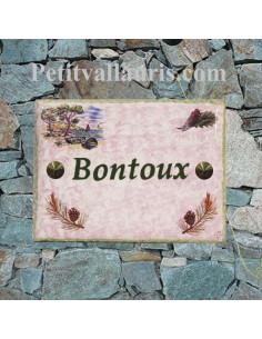 plaque de maison céramique fond rose clair motif pignes de pin + calanque te cigale + inscription personnalisée verte