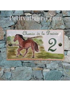 Plaque de Maison en céramique émaillée décor artisanal cheval dans la prairie + inscription personnalisée