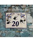plaque de maison céramique décor hirondelles fleurs bleues inscription personnalisée couleur noire ou bleue