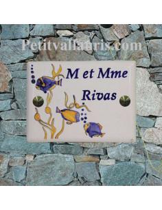 plaque de maison céramique décor artisanal poissons exotiques + inscription personnalisée couleur bleue
