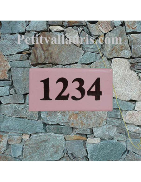 Plaque pour maison en faience avec chiffre ou texte personnalisé marron fond de couleur rosé
